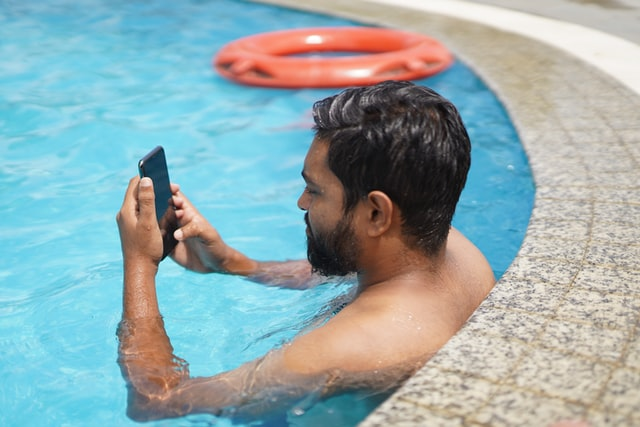 4 things to know before you buy a waterproof smartphone